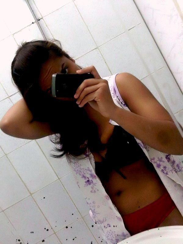 Tempting Desi girl nude bra selfie from